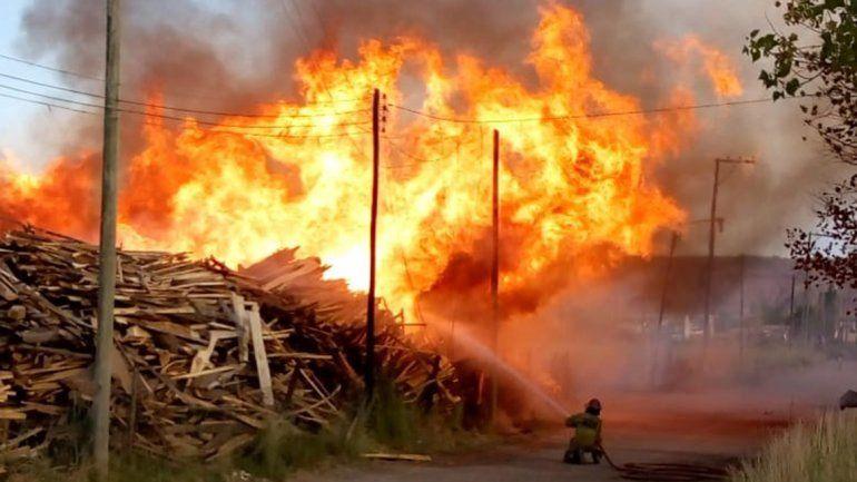 Impresionante incendio en Plottier consumió todo el acopio de un aserradero