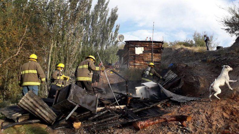 Dormía mientras se incendiaba su casilla y los vecinos lo rescataron de milagro