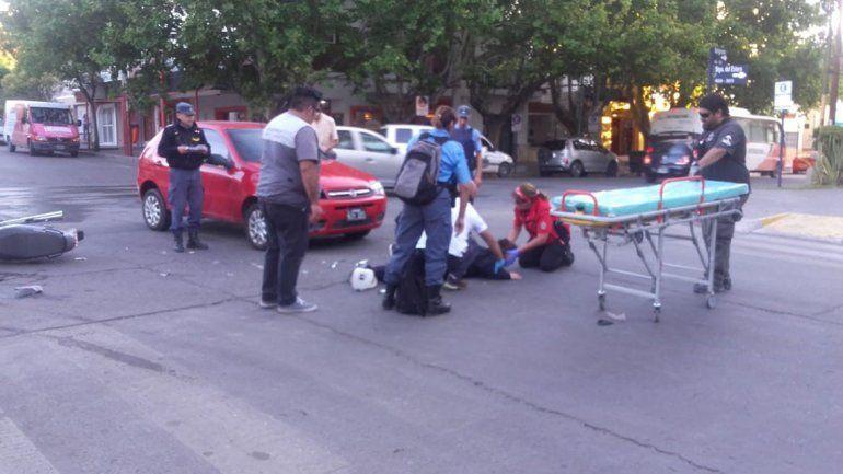 Una mujer policía resultó herida en un choque en el centro