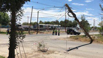 camiones tiran postes de luz y no dan soluciones a vecinos