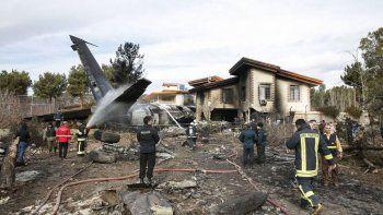 se estrello un avion de carga en iran: 15 muertos