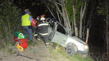 un herido grave tras derrapar por un barranco con el auto