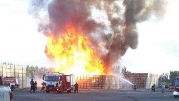 villa regina: bomberos combaten un voraz incendio en mono azul