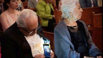 la tierna imagen de una pareja de 80 anos que se volvio viral
