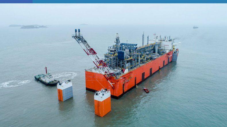 Ya está en el país la barcaza que permitirá exportar el gas de Vaca Muerta