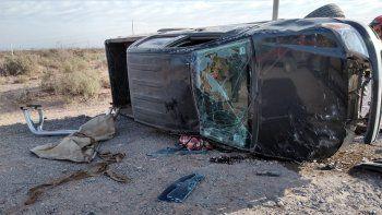 una camioneta choco desde atras a un camion y volco: hay dos heridos