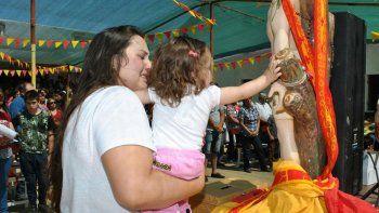 san sebastian: grandes y chicos, movilizados por la fe en el santo de los crianceros