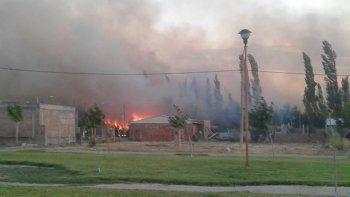 bomberos combaten voraz incendio en cipolletti