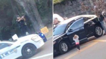 nena levanta los brazos y se entrega a la policia