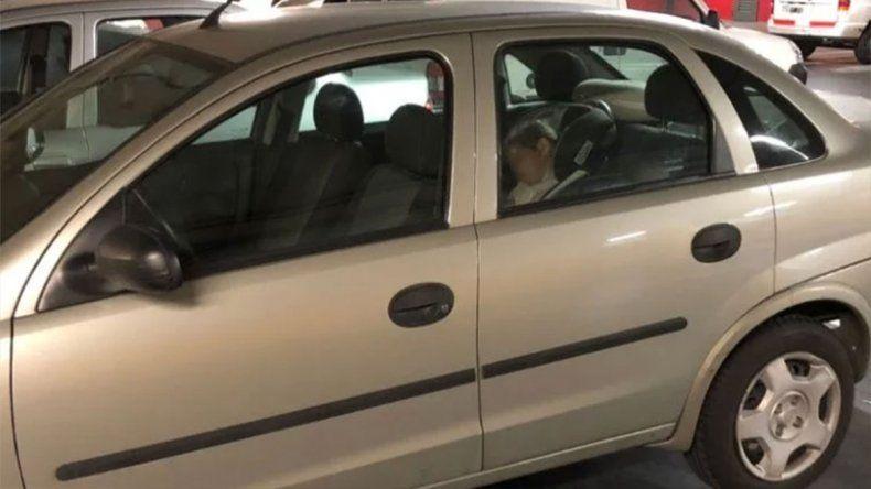 Con una térmica de 40°C, dejaron a su hija encerrada en el auto y se fueron de compras