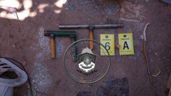 La Policía allanó la casa del narco, donde secuestró armas y plantas de marihuana. Además fue detenido.