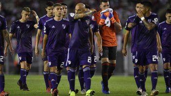 La triste retirada de los jugadores de River tras otra derrota en el Monumental.