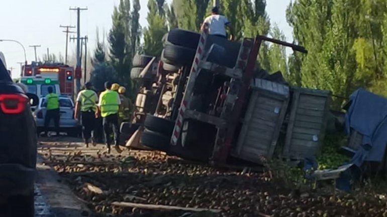 Camionero neuquino mordió la banquina y volcó sobre la Ruta 151