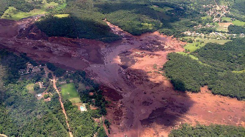 Un dique cedió y sepultó un pueblo brasileño: hay 50 muertos y 300 desaparecidos