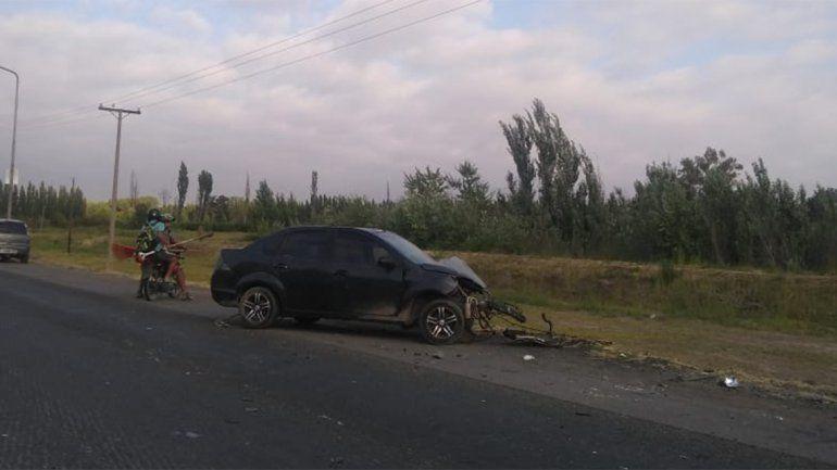 Ruta 22: chocó un poste de luz, volcó y terminó con el auto completamente destruido