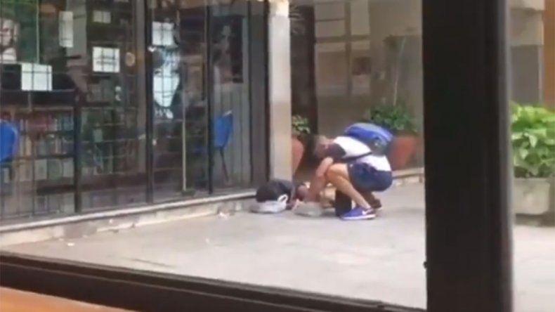 Video: el emocionante gesto de un futbolista con un nene indigente de Tucumán