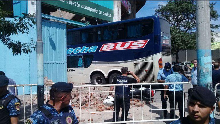 Insólito: micro de Unión de Santa Fe derrumbó una pared e hirió a un policía