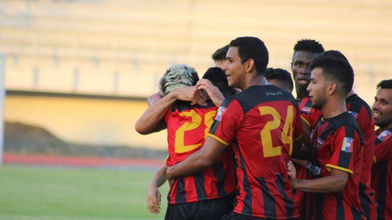 Emocionante: pibe de 16 años debutó en Primera, hizo gol y lo festejó con su papá, capitán del equipo
