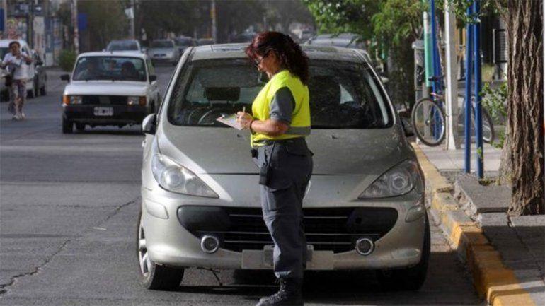 Amenazó de muerte a una inspectora de tránsito y se encerró en su auto