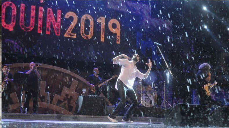 Abel Pintos brindó un show épico bajo la lluvia en Cosquín