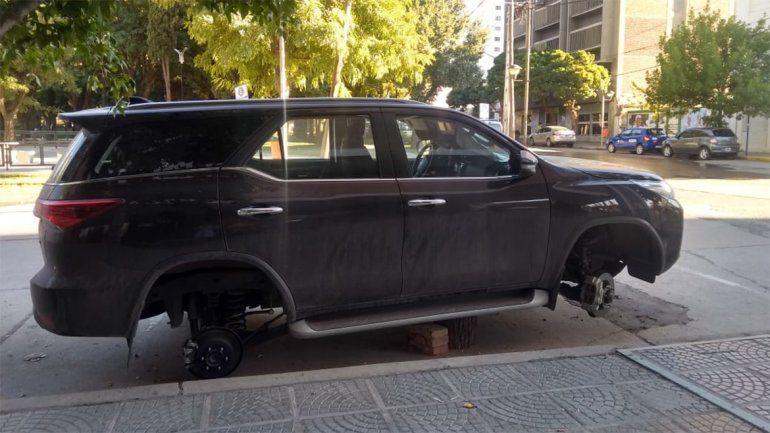 Los robarruedas atacaron a una lujosa camioneta en pleno centro