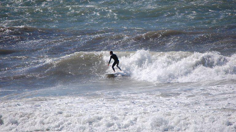 El mar impetuoso de Las Grutas, escenario ideal para domar olas