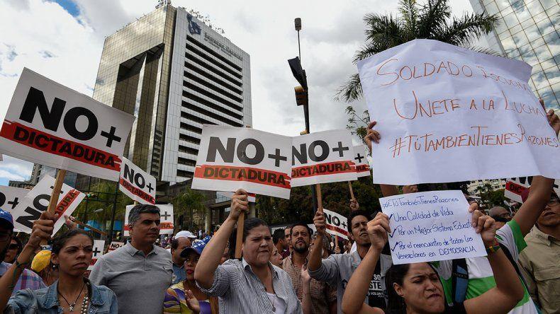 Guaidó y Maduro se pelean por las Fuerzas Armadas
