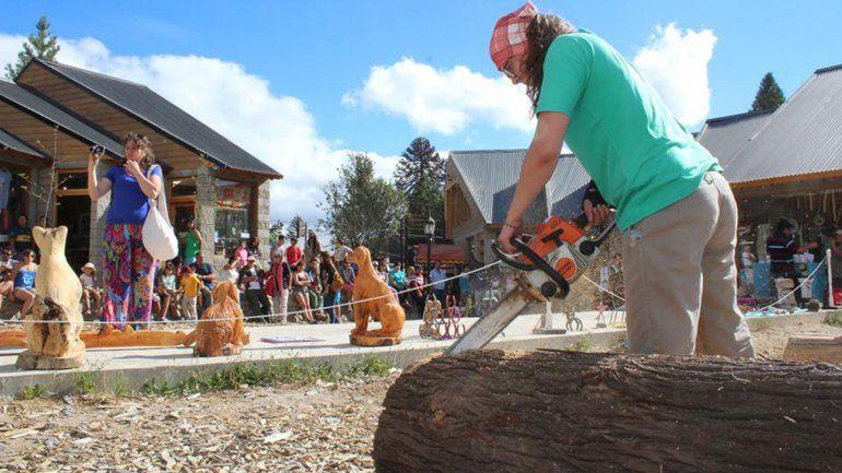 Los escultores de madera con motosierra copan Villa Pehuenia
