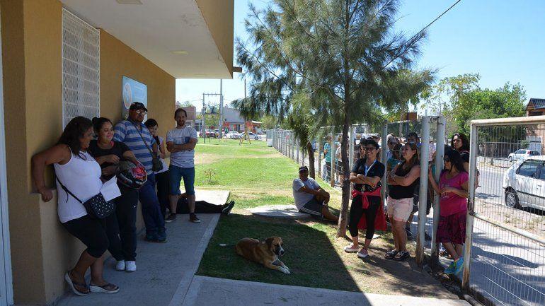 Castración: unas 70 personas se quedaron sin turno para sus mascotas y estallaron en furia
