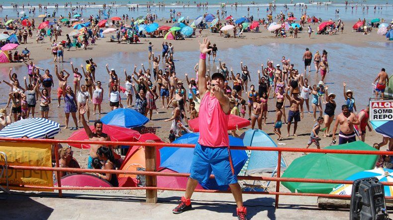 Un neuquino hace bailar a los turistas en Las Grutas