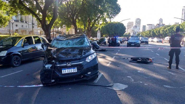 Perdió el control y chocó contra una parada de taxis: dos muertos
