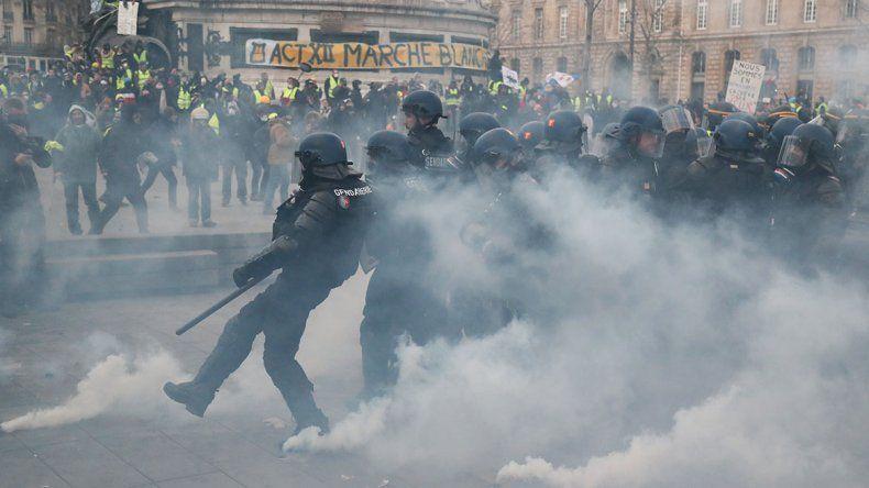 Chalecos amarillos: otra vez violencia y heridos en Francia