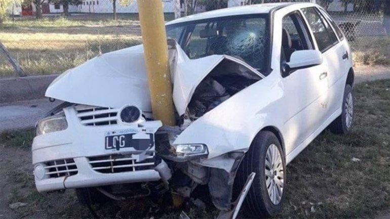 Le prestaron el auto y lo chocó contra un poste de luz