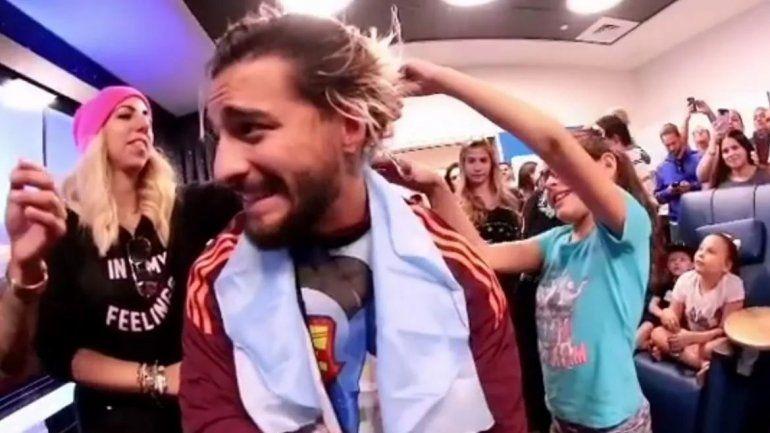 Maluma dejó que un grupo de niños le corten las mechas