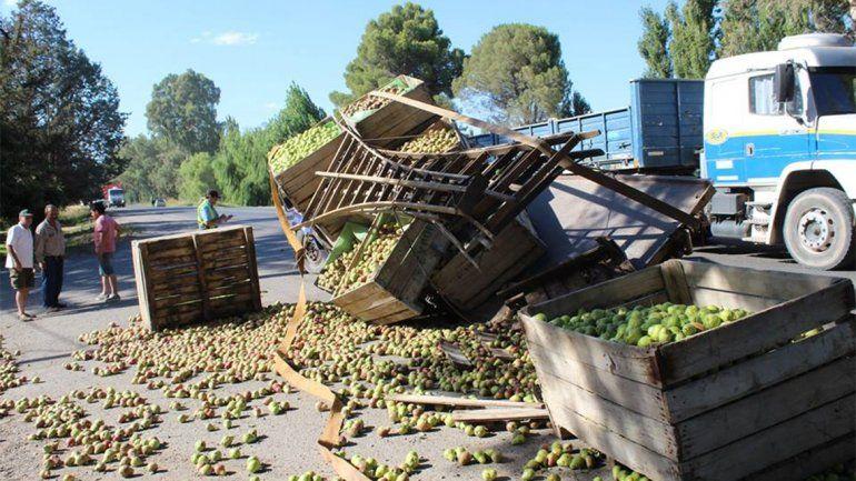 Conductor borracho chocó a un camión que transportaba fruta y casi provoca una tragedia