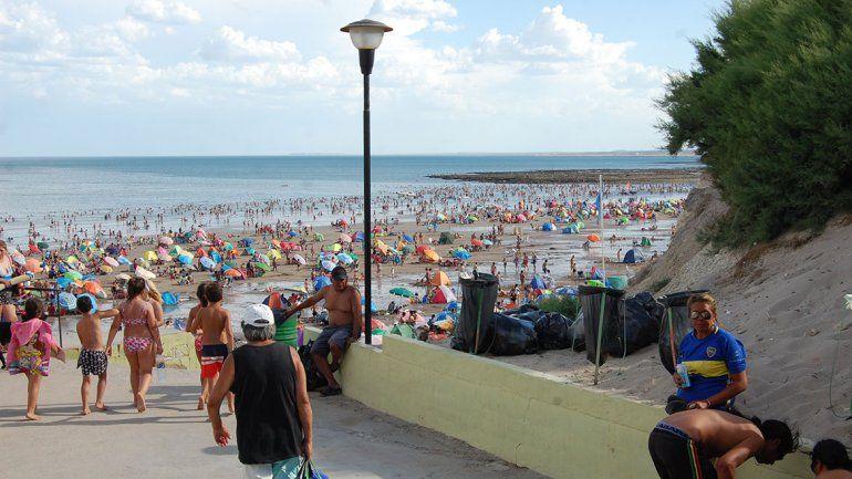 Los turistas dejan un mar de basura en Las Grutas