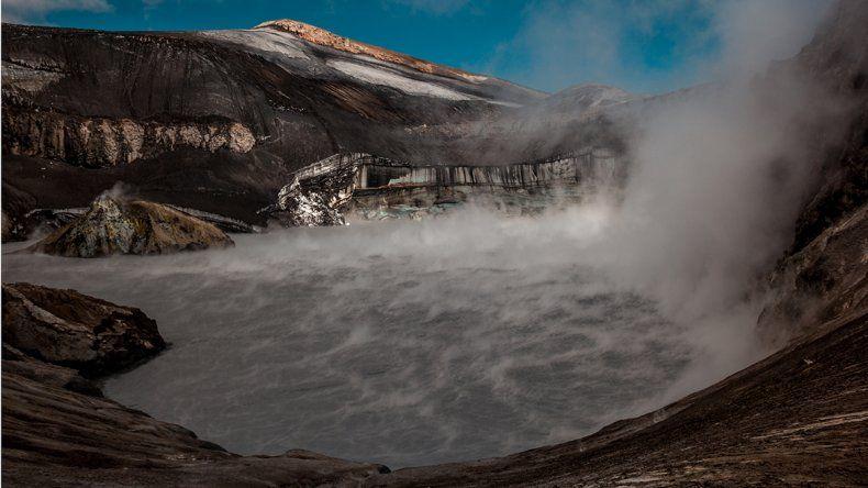 La actividad del Copahue, un atractivo extra para caminar hasta el cráter del volcán