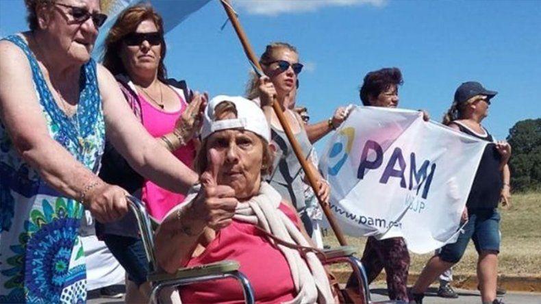 Jubilados marcharon para pedir que no cierren oficinas del PAMI