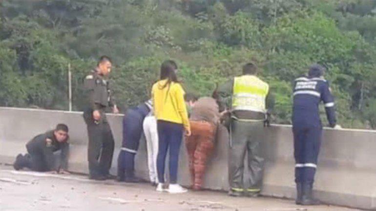 Estremecedor: una mujer se tiró de un puente con su hijo en Colombia