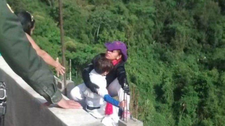 Cuáles fueron los motivos que llevaron a una mujer a tirarse de un puente con su hijo en Colombia