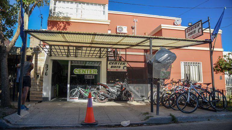 Sin forzar ni romper nada se robaron tres bicicletas de un negocio de barrio Confluencia