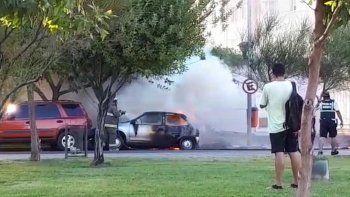 el fuego destruyo un auto en avenida olascoaga