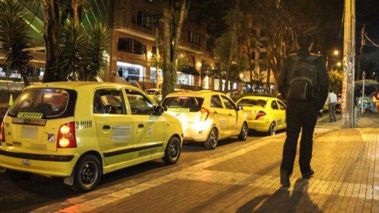 Subieron al taxi a un amigo borracho pero era un cadáver