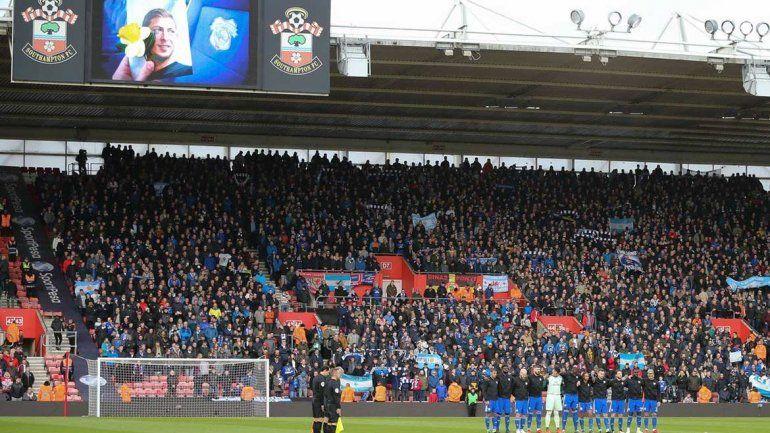 Emotivo minuto de silencio en la Premier League por la muerte de Sala