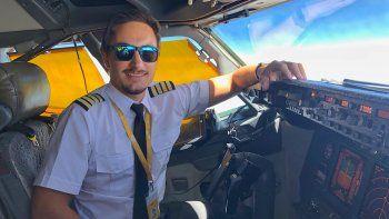 el comandante de vuelo mas joven de argentina tiene 26 anos y es neuquino