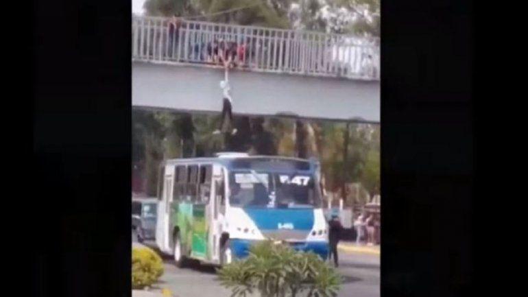 Video: chofer salvó a una mujer que intentaba tirarse de un puente