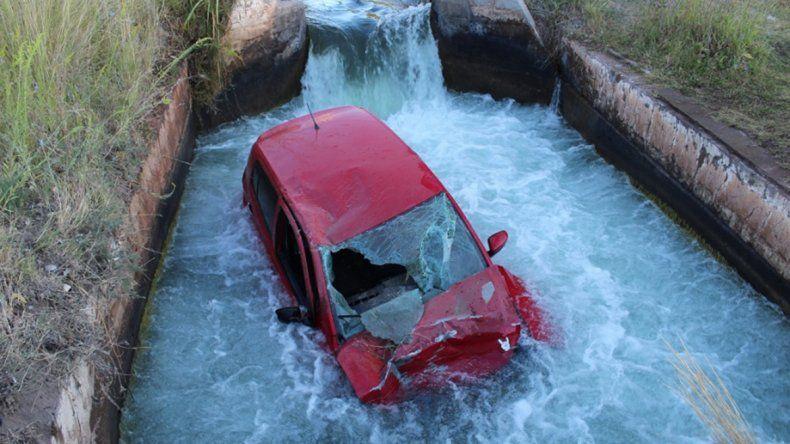 Borracho, terminó con su auto dentro de un canal de riego en Centenario