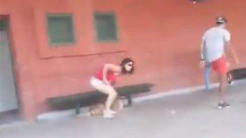 video muestra como una mujer abandona a su perrito
