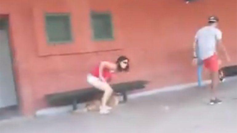 Indignante: video muestra como una mujer abandona a su perrito