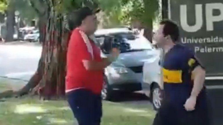 Video: salió a correr con la camiseta de Boca y se fue a las piñas con un hincha de River